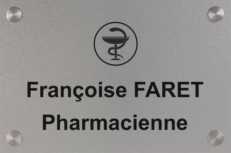 le pharmacien a opté pour une plaque en aluminum brossé